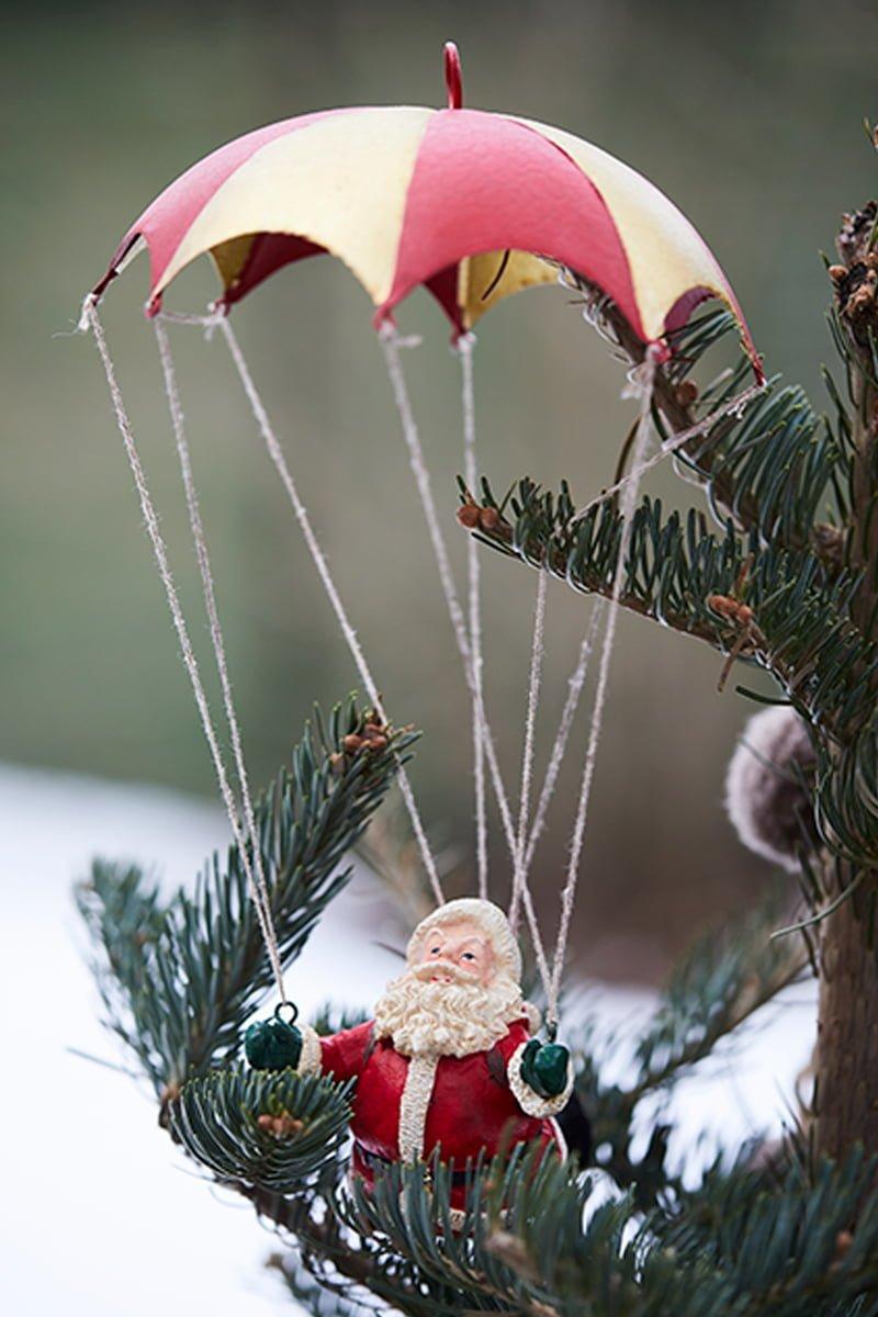 julenisse med fallskjerm i juletre