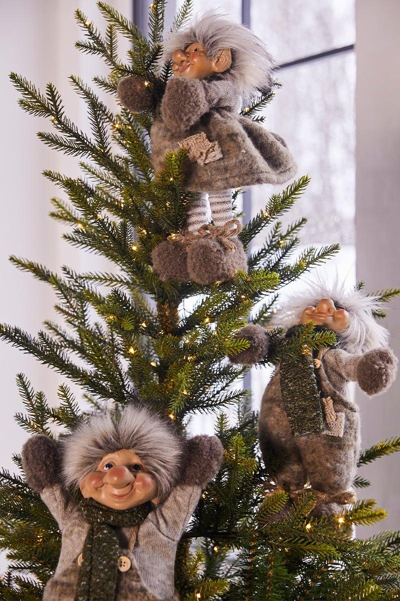 tre rampete nisser i toppen av et juletre