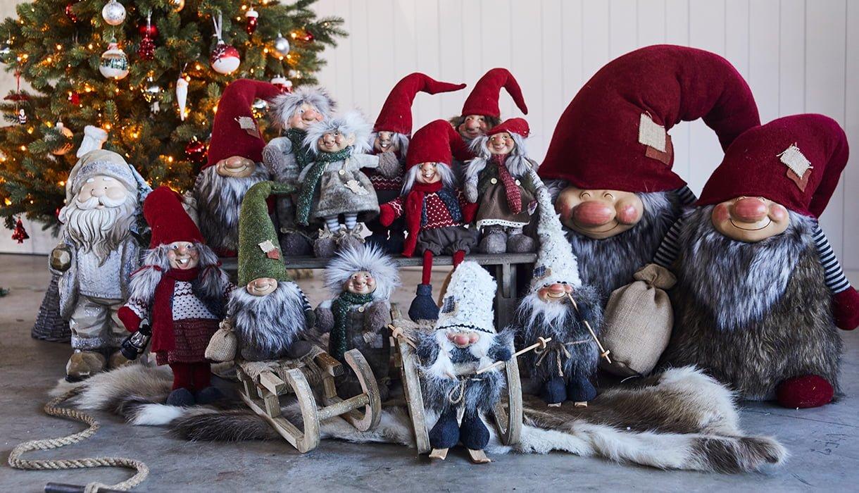 Mange forskjellige type nisser foran juletre