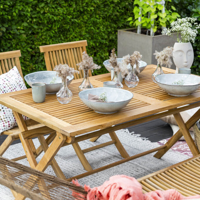 Klassisk klaffebord i teak, som passer fint både på terrassen og i hagen. Bordet er sammenleggbart, så det tar liten plass