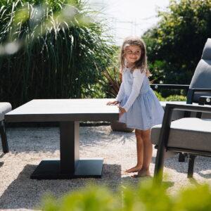 Aluminiumbordet og den keramiske toppen bør vaskes med mild såpe. Vaier og sylingeren til høyderegulering bør oljes vår og høst