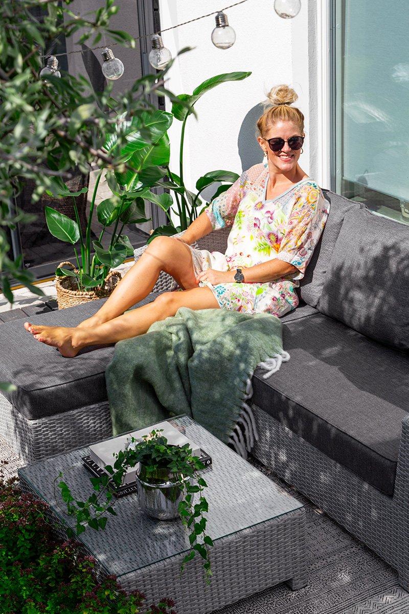 En sofagruppe som passer perfekt til den lille terrasse! Kommer i gråfarget kunstrotting med puter i olefinstoff