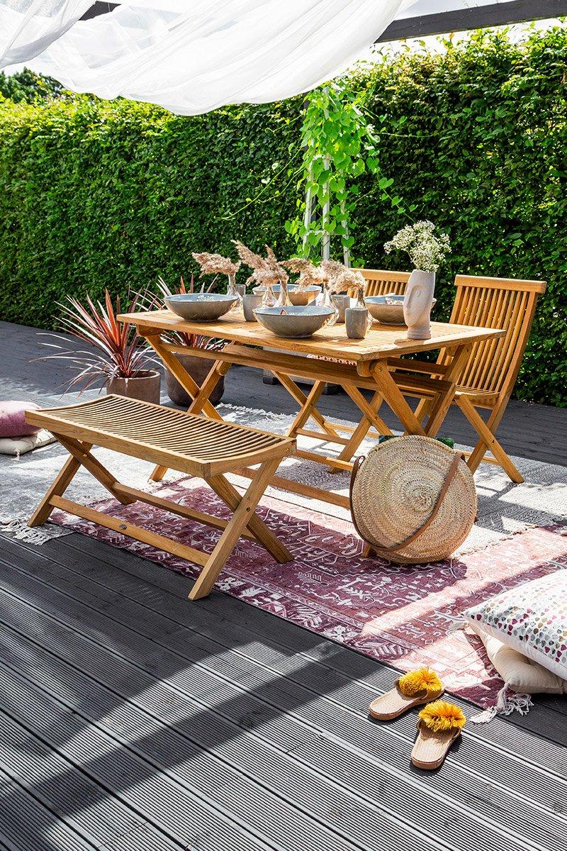 Klassisk benk og klaffebord i teak, som passer fint både på terrassen og i hagen.