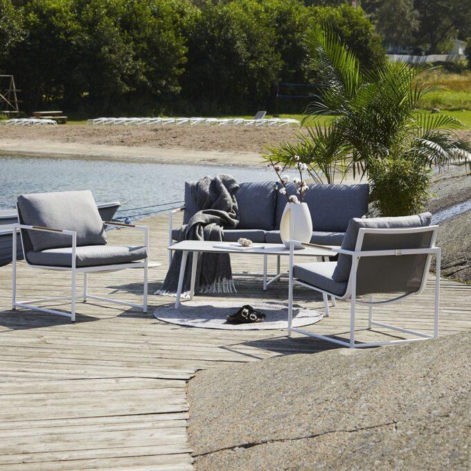 Sofagruppe med 2,5 seter sofa, 2 stoler, bord .Hvit, med grå puter i olefin og teak detaljer.