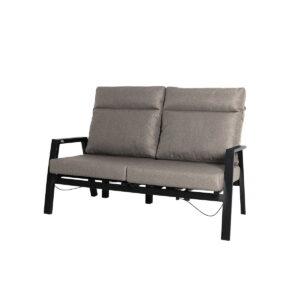 2-seter sofa med reclinerfunksjon. Nydelig sittekomfort med puter i olefinstoff.