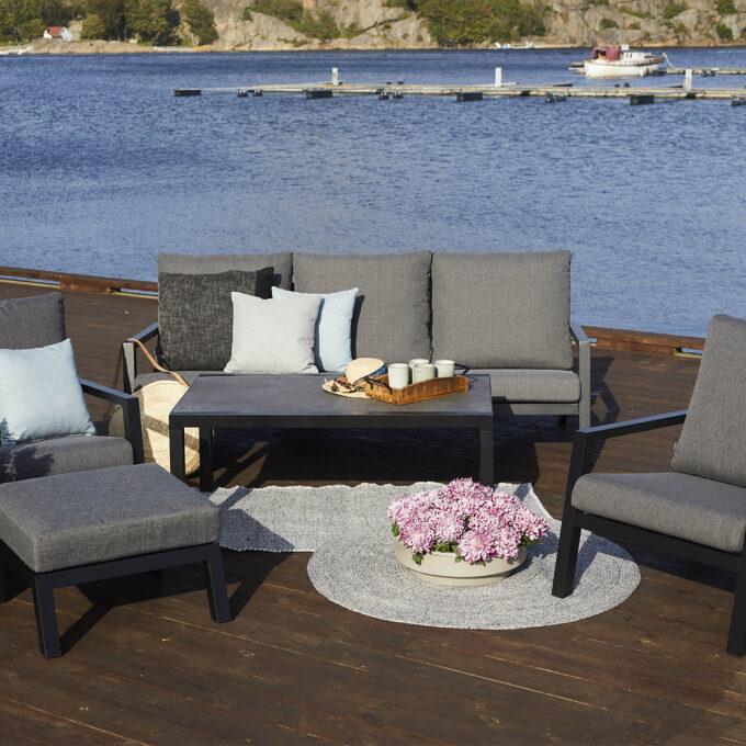 Moderne sittegruppe i aluminium med svært god sittekomfort. puter i olefinstoff, høy lys-og fargeekthet, tørker fort.
