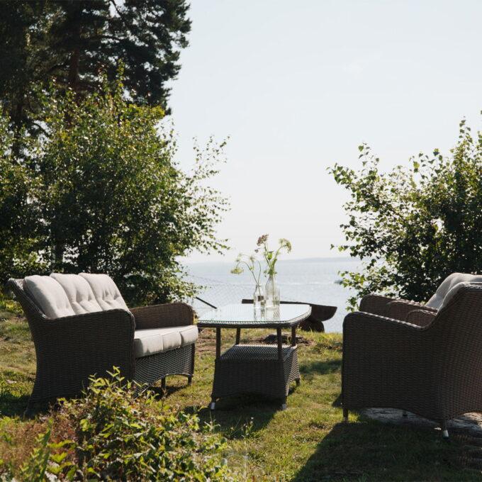 Hornbrook sofagruppe i naturfarget kunstrotting med tydelige retroinnslag i form og design med fine detaljer.