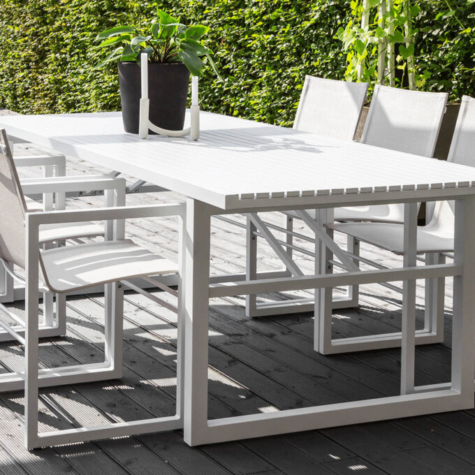 det generøse spisebordet med plass til familie og venner til stoler og benker i samme stil