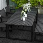 veldig stort spisebord med plass til familie og venner til stoler og benker i samme stil.