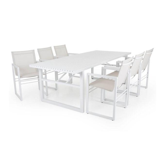 stort spisebord med plass til familie og venner til stoler og benker i samme stil. Stolene er i aluminium