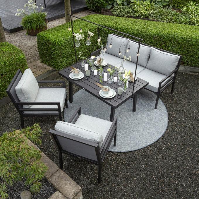 En praktisk og stilren sofagruppe , som både kan brukes til å spise ved eller slappe av i.