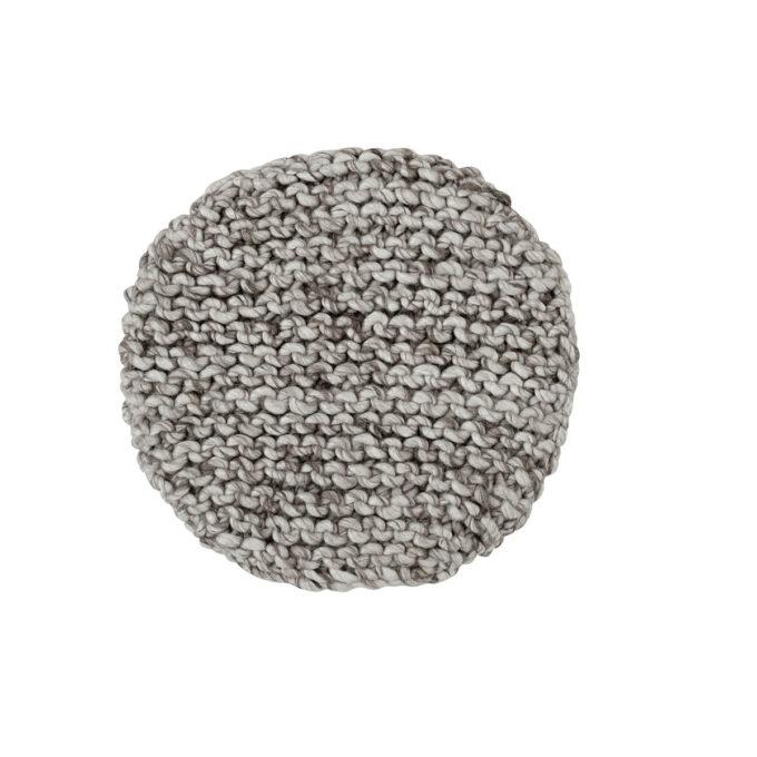 Dekorativ sittepute i 100% ullgarn i en varm grå farge med grå bakside i bomull. Passer fint på en benk, eller i en stol