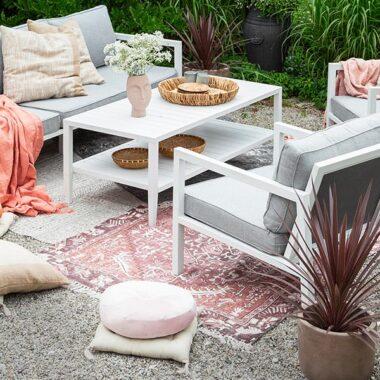 Belfort er en moderne loungemøbel gruppe med svært god sittekomfort. Den finnes i matt hvit eller matt sort aluminium.
