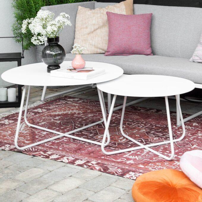Rundt fint bord i hvit aluminium. Passer fint til Vence serien vår, eller som et sidebord.