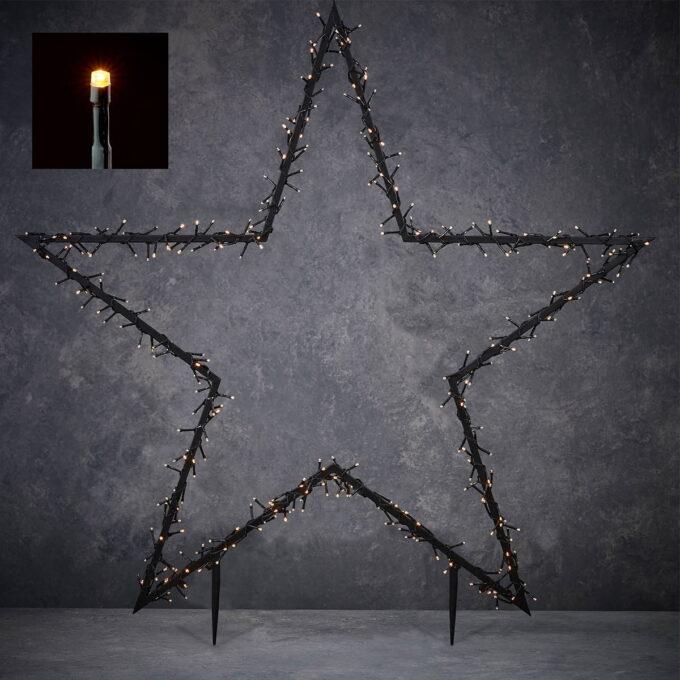 Pynt opp i hagen din med denne stjernen som lyser 8 lysfunskjoner og med timer. Gir et varmt og fint lys. 350 snake LEDlys, høyde 135 cm.