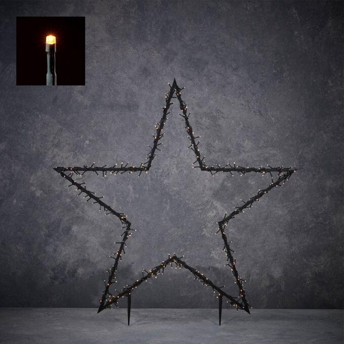 Pynt opp i hagen din med denne stjernen som lyser! Kommer med spyd til å stikke ned i jorden , slik at den står støtt. 8 lysfunskjoner og med timer. Gir et varmt og fint lys. 150L snake LEDlys, høyde 73 cm