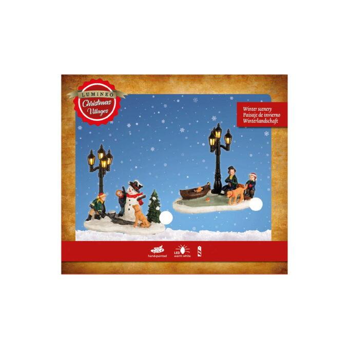 Koselige to ulike figurer scener til julebyen. En med famile og hund og en med snømann. Begge kommer med lys i lyktene som går på batteri. Pris er pr stk.