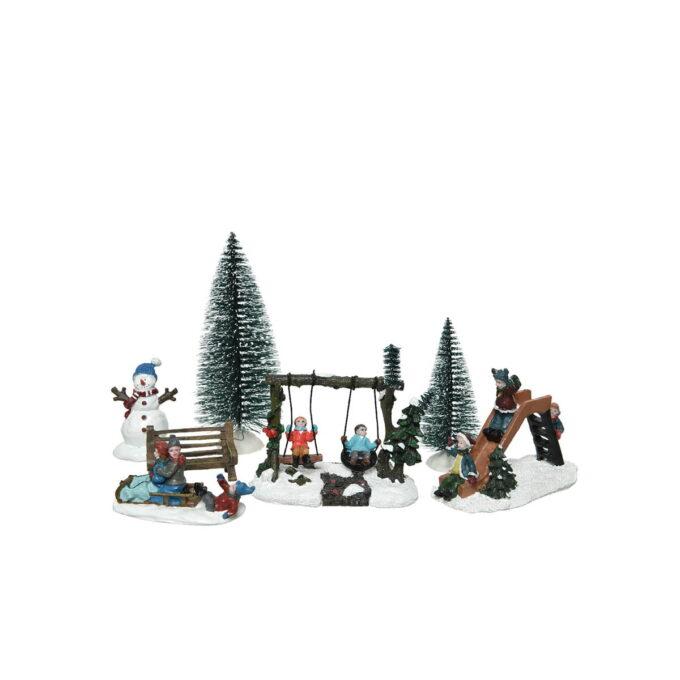 Sett med 7 figurer med barn som leker i husken, skilen og som aker. Også trær og snømann. Fint sett til julebyen din.