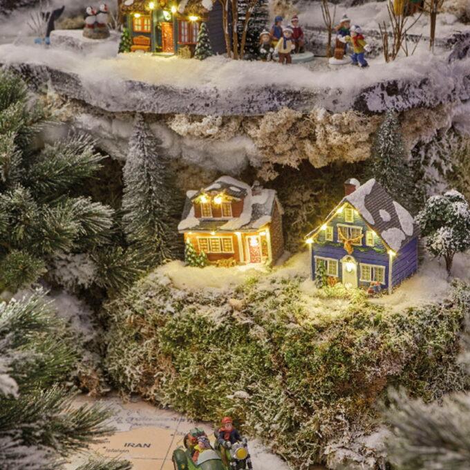 Nydelige julepyntete små hus til julebyen med lys. komemr i 4 assorterte utgaver og går på batteri. Pris er pr stk.