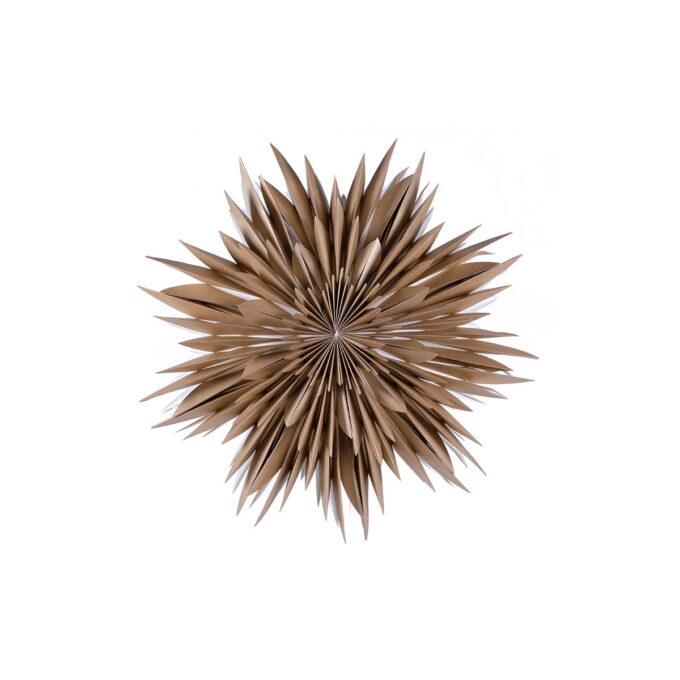 Maja er en papirstjerne som har mange fine detaljer og er nydelig i vinduet. Denne er gullfarget og 60 cm i diameter