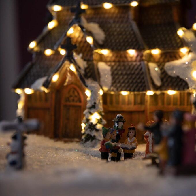 Norsk stavkirke til julebyen! Får frem den nostalgiske følelsen kommer også med lys og går på batteri 45 lys Batteri 3x AA