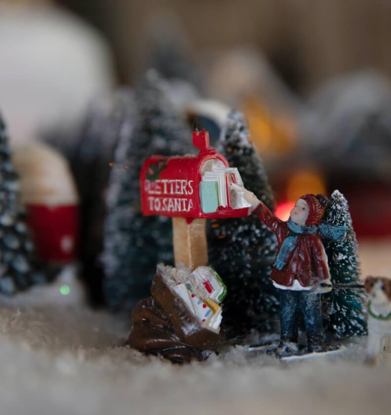 Nærbilde av barn som åpner postkassen i juleby