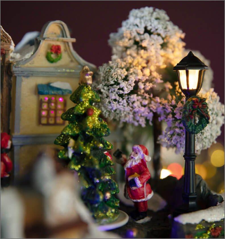 Julenissen med juletreet i julebyen