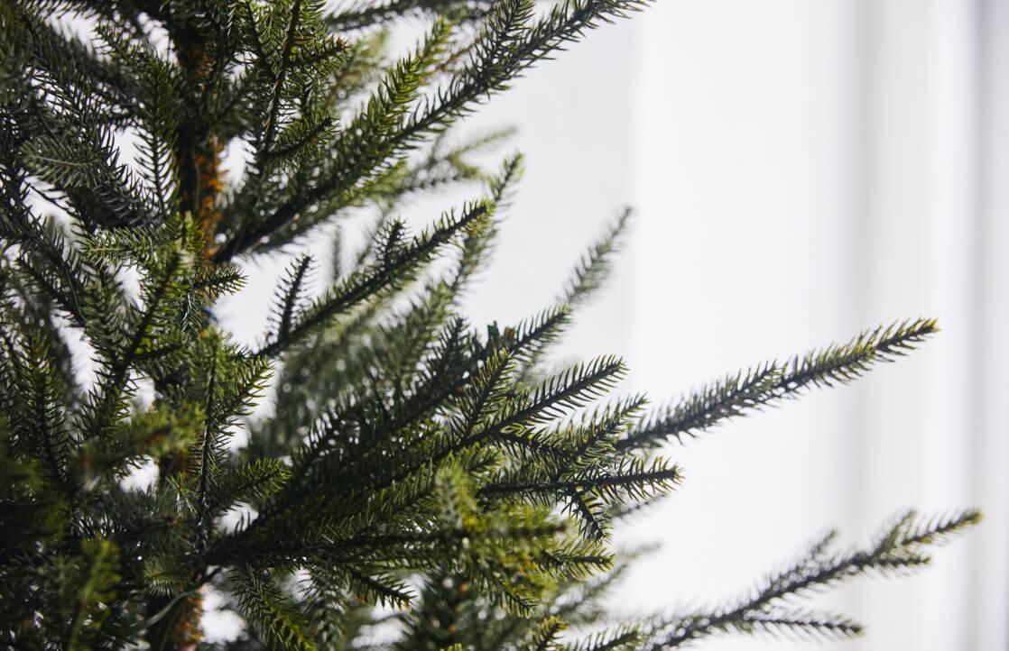 Nærbilde av grenene til Filefjell kunstig juletre