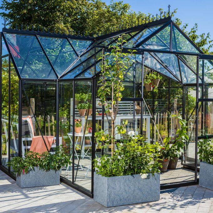 Sirius drivhus 13000 Design-drivhus i en fantastisk konstruksjon med mange finesser. Her er masse plass til å plante planter eller bare slappe av, aller helst begge deler.