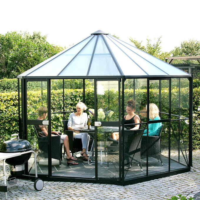 Hera er et drivhus som kan brukes både til dyrking og som hagestue!
