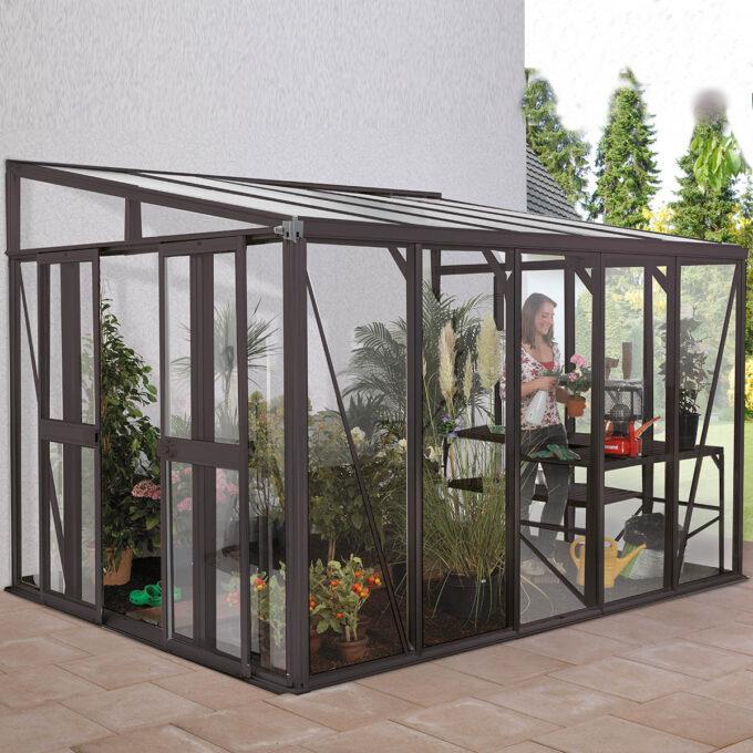 Modell Helena 10200 kan brukes som drivhus eller vinterhage. De solide, høye og elegante elokserte aluprofilene, samt de hele glassveggene slipper inn masse dagslys.