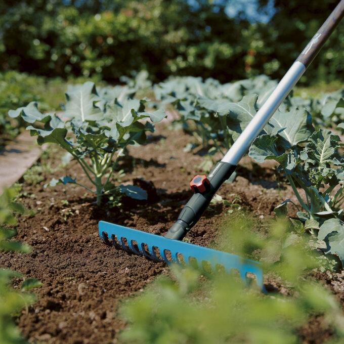Jernrive med arbeidsbredde 36cm (14 tenner). Brukes til raking, planering og jordbearbeiding. Passer til alle GARDENA Combisystem-skaft