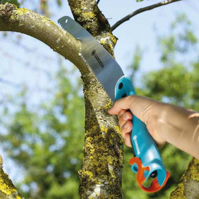 Gardena CS Hagesag har en bladlengde på 325mm med grove tenner som kutter kjapt og effektivt greiner og mindre trær. Den er utstyrt med et ergonomisk komforthåndtak, og den kan monteres på et teleskopskaft for arbeid i høyden!