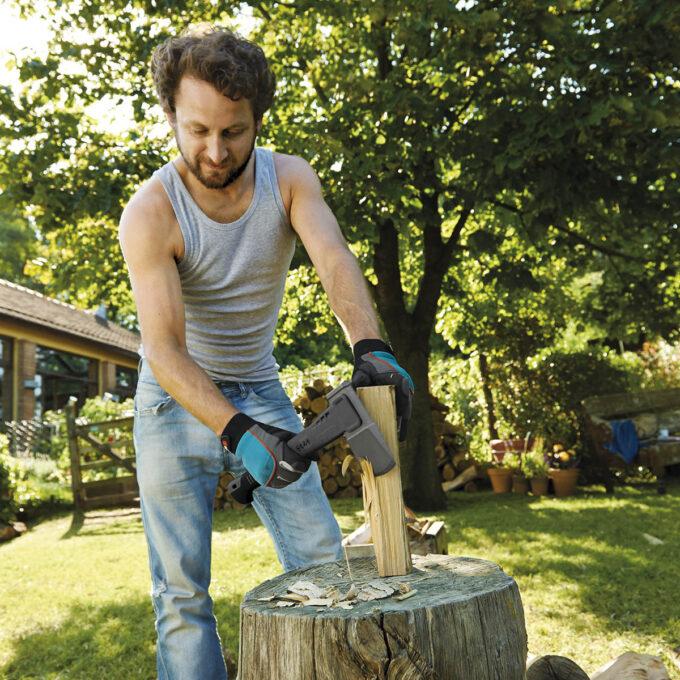 Gardena Universal Øks veier 1,0 kg, er 45 cm lang, og er ment til mindre trearbeid. Skaftet er fiberforsterket PA-skaft, og øksehodet er forsterket med non-stick-belegg som gir et mykt og ergonomisk grep.
