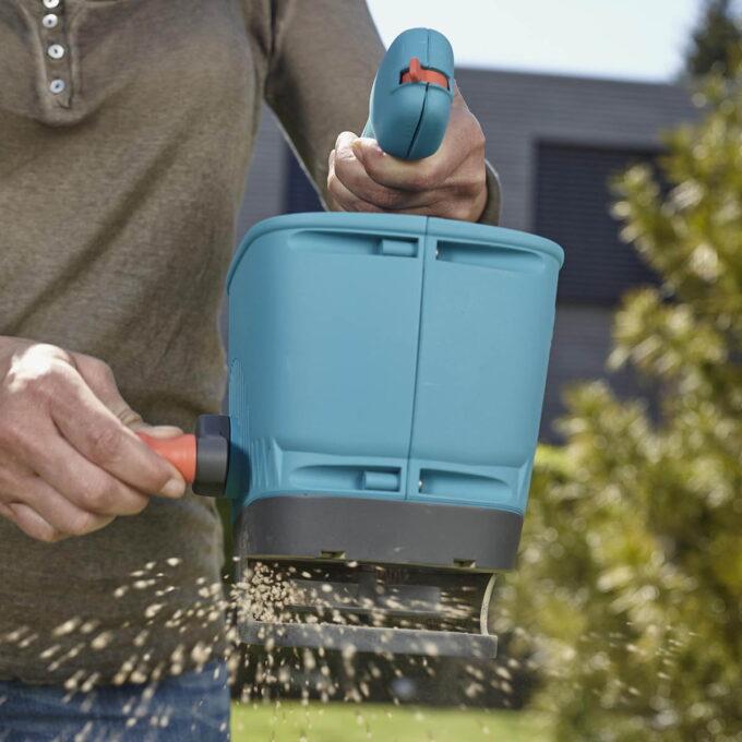 Gardena Håndspreder er optimal til å spre gjødsel og veisalt på mindre områder.