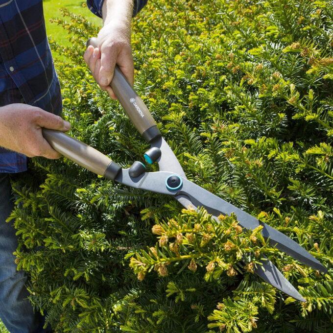 GARDENA Classic NatureCut hekksaks med bueslipede blad som er ergonomisk formede og med rundsymmetriske håndtak i bøktre