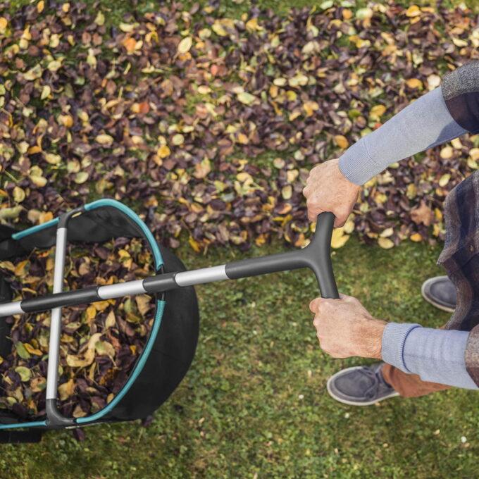 GARDENA blad- og gressamler fungerer som en mekanisk rake og er derfor miljøvennlig.