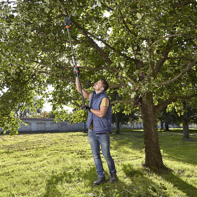Toppsaksen Med en lengde på 160 cm, kan du enkelt og sikkert beskjære med føttene godt plantet på jorden
