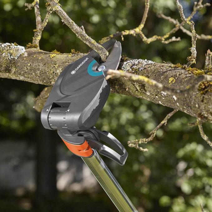 GARDENA Toppsaks StarCut 160 Plus er spesialisten på trebeskjæring. Med en lengde på 160 cm, kan du enkelt og sikkert beskjære med føttene godt plantet på jorden