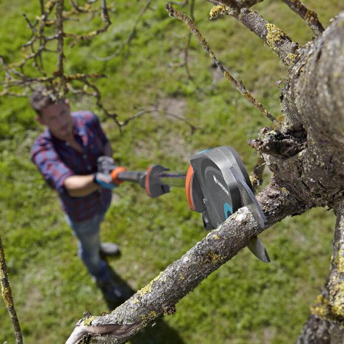 Toppsaksen Med en lengde på 230 - 410 cmm, kan du enkelt og sikkert beskjære med føttene godt plantet på jorden