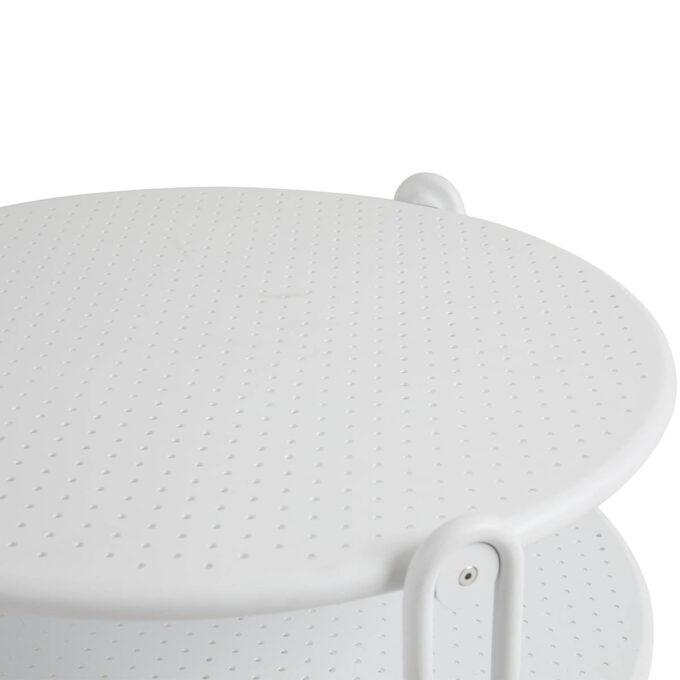 Blixt rundt bord i aluminium med diameter på 85 cm. Bordet har perforert bordplate, fine designdetaljer