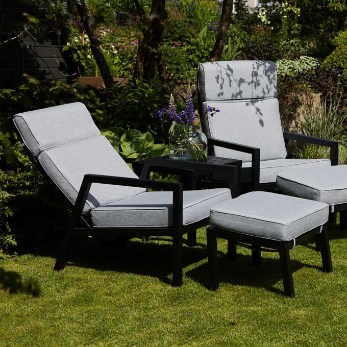 Stilren og moderne reclinerstol med svært god sittekomfort. Kommer med puter i olefinstoff , som er svært UV bestandig