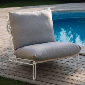Moderne, byggbar sofa/stol i loungestil med aluminiumsstamme og sete i textilene.