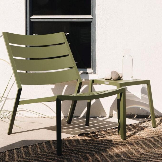 Moderne lenestol i grønn, khaki eller rødfarget aluminium, stabelbar. Kan brukes hver for seg eller i flere rader.