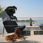 Sofa i rustfritt stål med teakdetaljer. Nydelig sittekomfort med puter i av skum