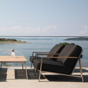 Stol i rustfritt stål med teakdetaljer. Nydelig sittekomfort med puter i av skum