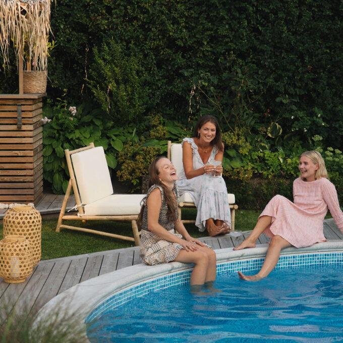 jentene koser seg ved poolen