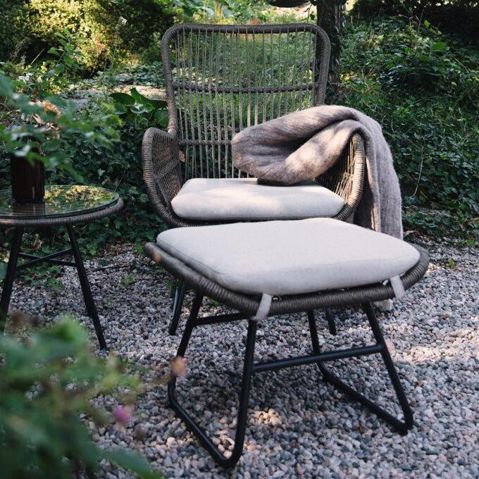 Deilig hvilestol i den populære serien vår Linnea. Kommer i naturfarget kunstrotting med beige pute i olefinstoff.