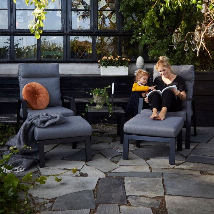 Stilrent reclinersett med nydelig sittekomfort. Kommer i med grå puter i olefinstoff,