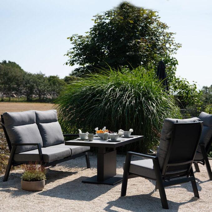 Sofagruppe med reclinerfunksjon, både i stolene og sofaen. Nydelig sittekomfort med puter i olefinstoff.